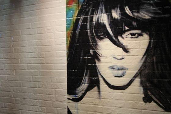 Kakel som ser ut som en målad tegelvägg med graffiti.