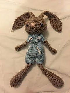 Een gratis Nederlands haakpatroon van een konijn met een tuinpak aan. Lees voor meer informatie over het konijn met tuinpak op haakinformatie.nl