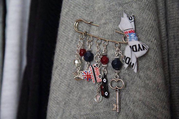 """""""Smitten by Britain"""" hand-made kilt pin brooch. Metal charms, chain, glass beads, cotton.  Брошь-булавка """"Британское вторжение. Металлические шармы, цепь, стеклянные бусины, хлопок. Ручная работа."""