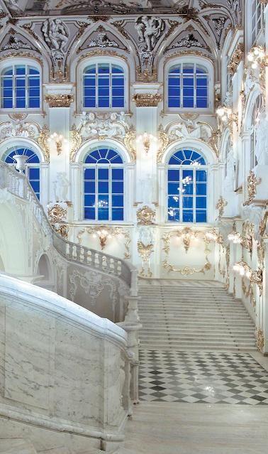 Gran escalera de entrada al antiguo Palacio de invierno (Museo del Hermitage en St. Petersburgo)