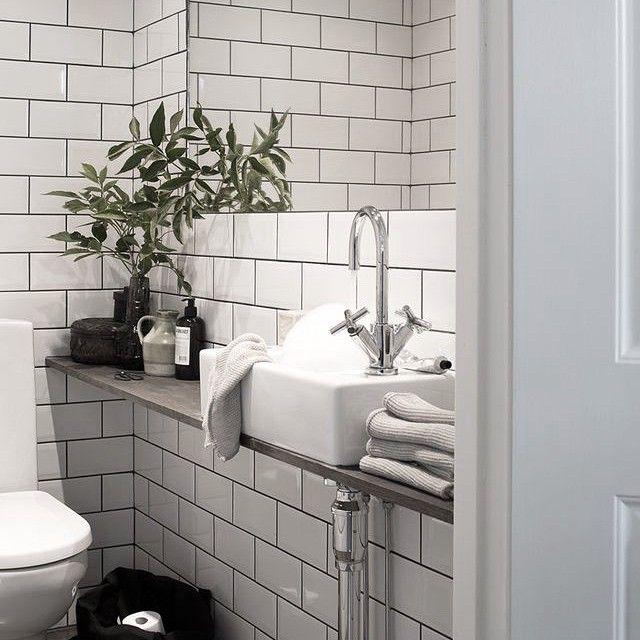 """Over enkele weken komt EOS bij ons een epoxy gietvloer leggen in de badkamer/wc en gaan we zelf voor het eerst een muur betegelen. Mijn grootste inspiratie is dit plaatje. De """"subway tegels"""" zijn een van de weinig tegels die ik echt mooi vind. Credits: @daniellawitte"""