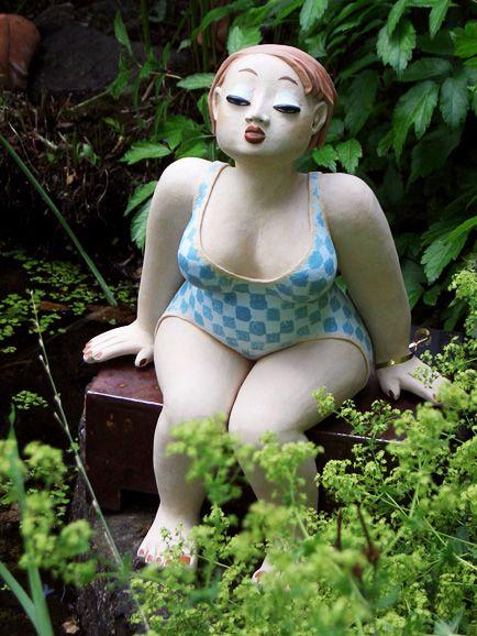 Badende im Garten - Gartenkeramik Figur von Margit Hohenberger