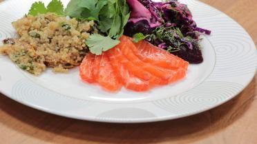Quinoa met gemarineerde rauwe zalm, rode biet en rode kool salade