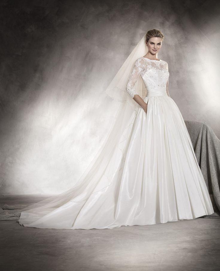 AMILY Dacă romantismul ar fi o rochie de mireasă, atunci cu siguranță ar fi acest model. Foarte feminină. Cu mâneci 3/4, decolteu bărcuță și aplicații din chantilly, broderie și aplicații cu pietre brodate pe corsaj, această rochie este de neuitat. http://www.pronovias.com/store-finder