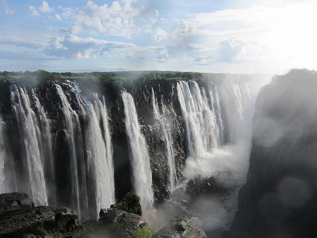 Las #Cataratas #Victoria se encuentran entre la frontera de #Zambia y #Zimbabue y costituyen una de las exhibiciones de fuerza más impactantes de la naturaleza, con un descenso vertiginoso de las aguas del río Zambeze de más de cien metros,