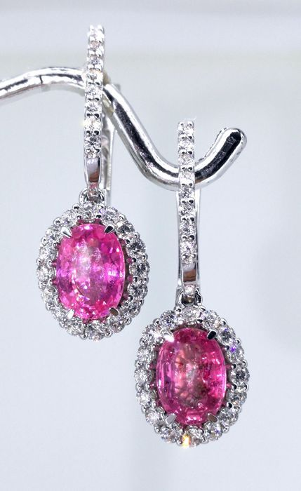 Catawiki online auction house: Earrings with pink coloured sapphires 2.00cts and 48 brilliant-cut diamonds total 0.60 ct. - Length of the earrings: 2.50 cm
