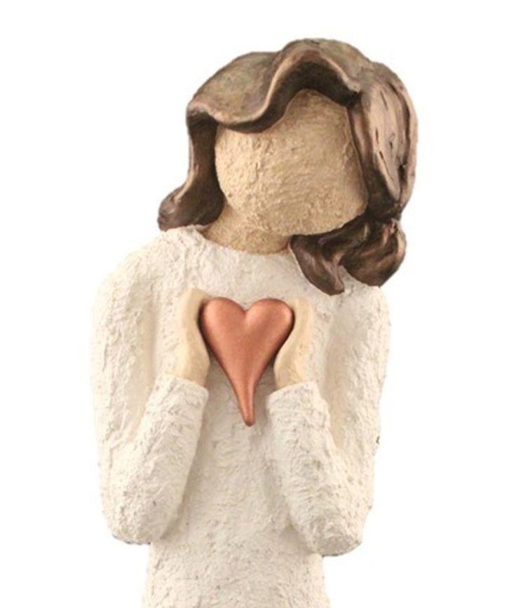Elegant og nydelig damefigur med skrått hode, som holder hjerte. Håndmalt og håndlagd i Lillesand. Figuren er 33 cm høy og håndlagd i kaldstøpt keramikk. Vi lager en stor serie med både figurer og engler i 3 størrelser, skulptert i en litt grov murstruktur. Denne damefiguren er den mellomstore størrelsen. Er du på jakt etter en gave eller en pyntegjenstand til deg selv? Denne figuren er eksklusiv og helt unik! Pris kr. 419,-