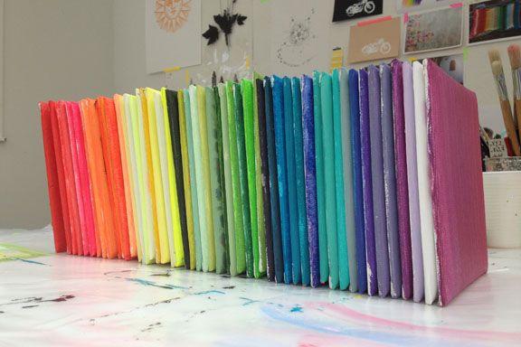 """""""Hvilken farve i regnbuen er du?"""" Work in progress.15x15 cm lærredskakler malet med akrylmaling. Fotograf: Susanne Randers"""