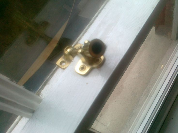 Replace sash window Locks and repair sash window frame with the help of professional people