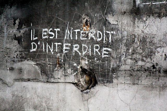 """""""Il est interdit d'interdire"""" est un slogan de Mai 68. À l'origine une boutade de Jean Yanne, la phrase devient rapidement l'une des plus emblématiques de l'époque. Scandé ou écrit sur les murs « Il est interdit d'interdire » reste avec « CRS=SS » et « Sous les pavés, la plage », l'un des slogans soixante-huitards les plus connus-CLP☼66"""
