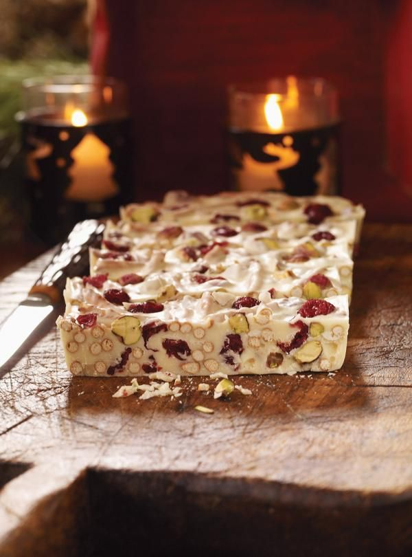 Recette de carrés au chocolat blanc, aux canneberges et aux pistaches. Dessert des fêtes de Ricardo. Ingrédients de la recette: chocolat blanc, canneberges.