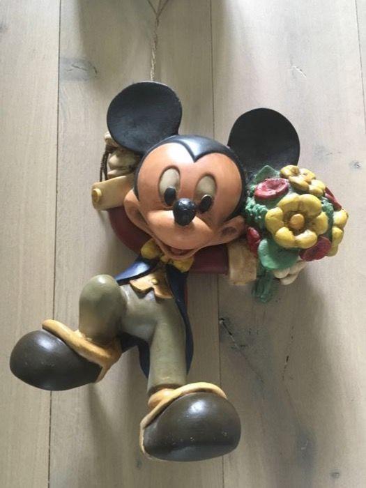 Disney Walt - Beeld - Mickey Mouse hangend aan ballonnen (jaren '80)  Een beeld bedoeld om op te hangen van Mickey Mouse hangend aan ballonnen met een bos bloemen in z'n hand.Goede staat.Mickey is ca 35 cm hoog en de ballonnen zijn ca 25 cm hoog. Incl. touw is het totaal 85 cm.Zie de foto's voor een juiste indruk de foto's maken deel uit van de omschrijving.  EUR 45.00  Meer informatie