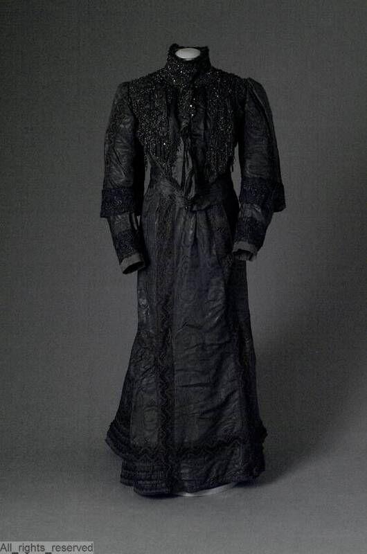 Zwarte jurk met witte bies op rug