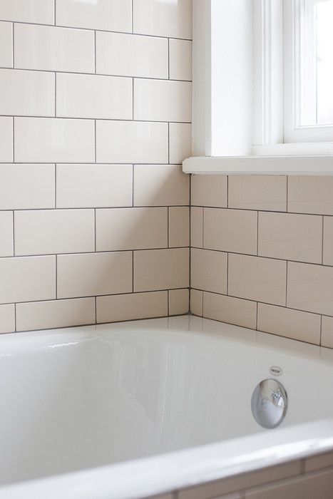 Badrum med cremefärgat kakel - Inspiration: Byggfabriken – modern byggnadsvård