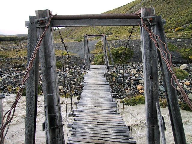 Puente de madera del Parque Nacional de las Torres del Paine en la Patagonia chilena