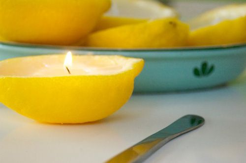 Outils et matériel:  12 citrons  1 couteau  1 cuillère à melon  thermomètre  1 / 2 cuillère à café d'huile de citron  Mèches  Cire d'abeille  pinceau    Fabrication:  1: Coupez les citrons en longueur.  Pressez autant de jus que possible sans déchirer la peau.  Creuser les moitiés de citron avec une cuillère à melon.    2: Dans un bain-marie faire fondre la cire d'abeille jusqu'à environ 180 degrés.  Vérifier la température avec un thermomètre.  Eteignez le feu et ajouter l'huile de citron…