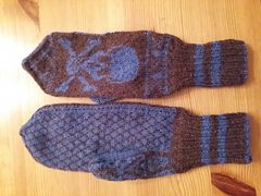 Ravelry: Crossbone mittens pattern by Kiersten Hanson