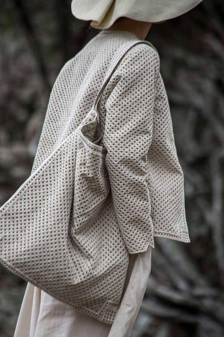 長い刺繍の伝統を持つインドの中でも 生地が見えなくなる程の密度が特徴のシンディ刺繍。 デリーの東を流れるヤムナ川のほとり。 この伝統の技術を受け継ぐ熟練の職人たちにより 現代的なバッグとジャケットをつくりました。 その工程のほとんどが今も手によって行われています。 一つ一つに膨大な時間をかけてつくられた手仕事の極致を この機会にぜひ店頭でご覧ください。 ババグーリのシンディ刺繍 ヨーガンレール+ババ...