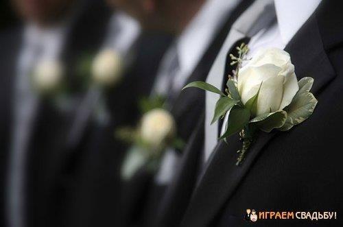 Бутоньерка жениха очень элегантным костюм жениха
