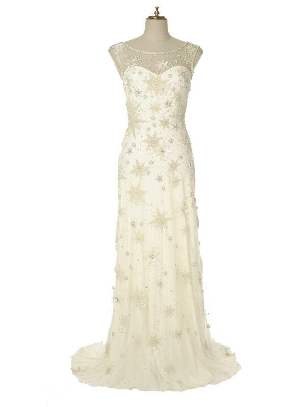 全面にちりばめられた星のビーディングに視線釘付けのドレス。キャンドルを灯したムーディーなナイトウエディングに◎。ウェディングドレス¥523,000/ジェニー・パッカム(ザ・トリート・ドレッシング)