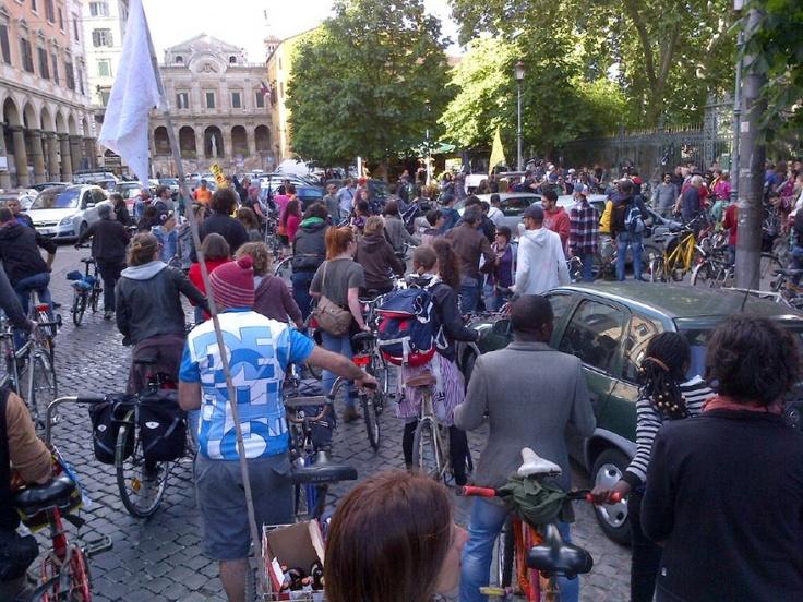 Strade della città invase da migliaia di ciclisti urbani: ieri alle 19 da Piazza Vittorio è partita ufficialmente la Ciemmona, la Critical Mass Interplanetaria che durerà fino a domenica 2 giugno. Stasera parata di bici ai Fori Imperiali e per le vie del centro, passando per pia