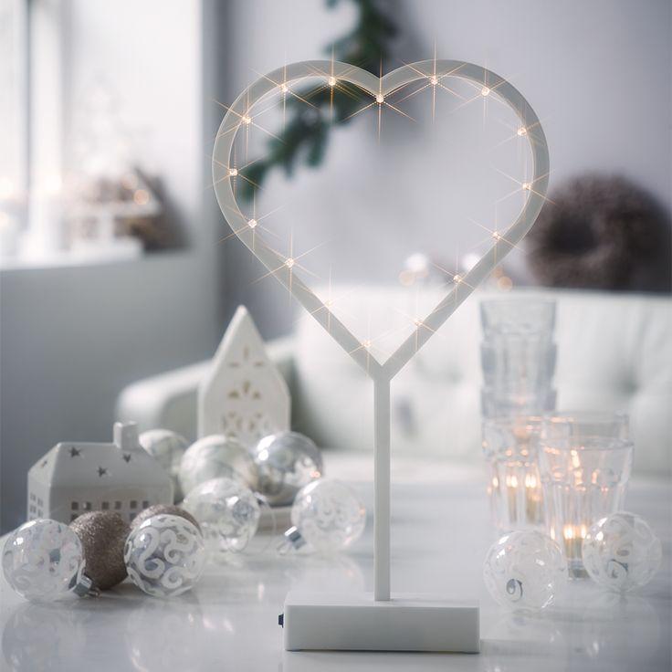 Jingle Heart er et stilrent og dekorativt dekorhjerte av plast med 16 LED lys fra Herstal. Passer perfekt til både vinduskarm, på bord eller hylle.