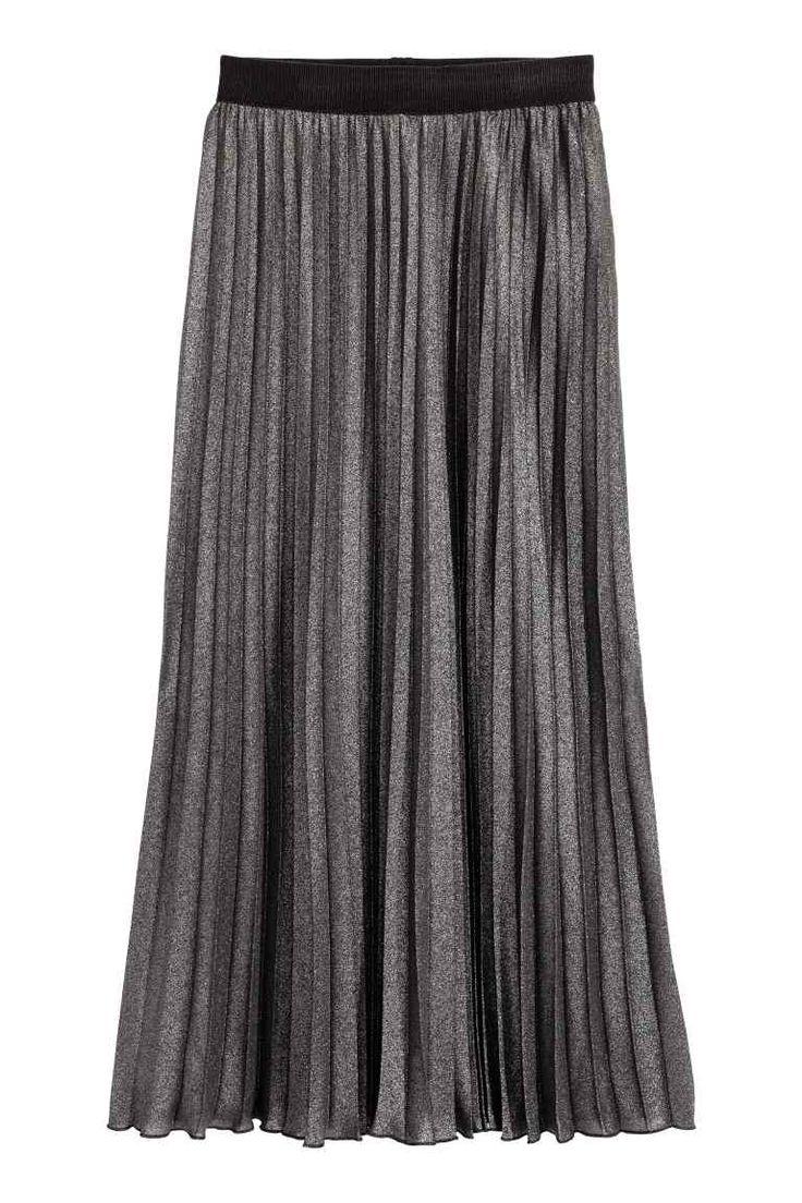 Saia plissada: Saia plissada pelo meio da perna em tecido com estampado em metalizado cintilante. Modelo com cintura elástica. Forrada com saia curta de jersey.