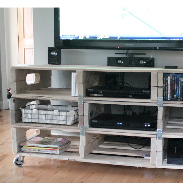 SHUT UP!!! A pallet entertainment center. How stinkin' cool!!!