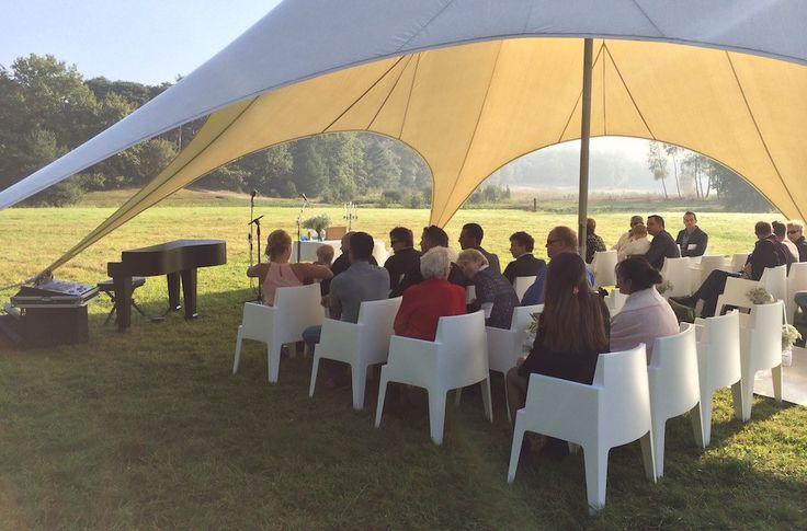 Een nazomerse bruiloft in het bos bij Brasserie de Berk, buiten op het gras - live #muziek tijdens #trouwceremonie door Luizter #trouwen #wedding #weddingmusic #bruiloft