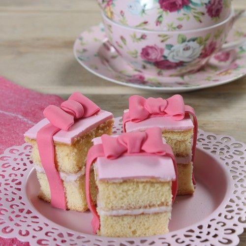 eze schattige mini taartjes maak je met de FunCakes mix voor Biscuit. Na het bakken snij je ze door en vul je ze met heerlijke aardbeien bavaroise. Maak ze helemaal af met een mooie strik.