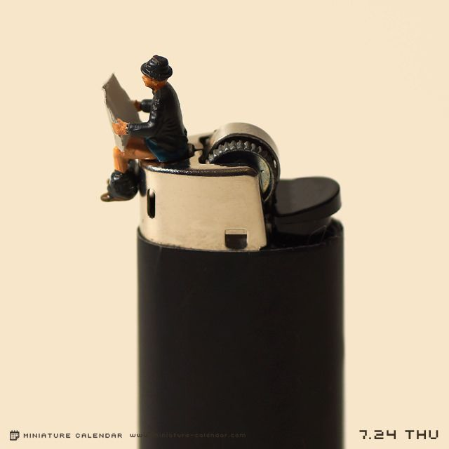 Depuis le 20 avril2011, le photographe japonais Tatsuya Tanakas\\\'est lancé dans une incroyable aventure qui consiste à créer d\\\'ingénieuses saynètes 365 jours par an. L\\\'artiste publietous les jours sur son site internet,des photos de scènes miniatures, qu\\\'il confectionne avec soin et humour.Dans ce Miniature Calendar, Tatsuya détourne des objets du ...
