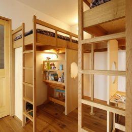 S邸・のぼり棒付きの楽しいロフトベッド!の部屋 兄弟それぞれのロフトベッド