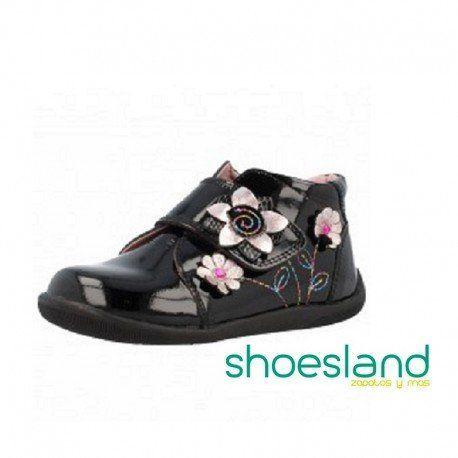 Escoge Pablosky para calzar a tu niña en sus primeros pasos.  Esta bota de charol con flores reune toda la tecnología aplicada al calzado infantil. OUTLET LIQUIDACIÓN #shopping #outlet #botas #shoes #calzadoinfantil #fashion #madeinspain #pablosky #zapatos