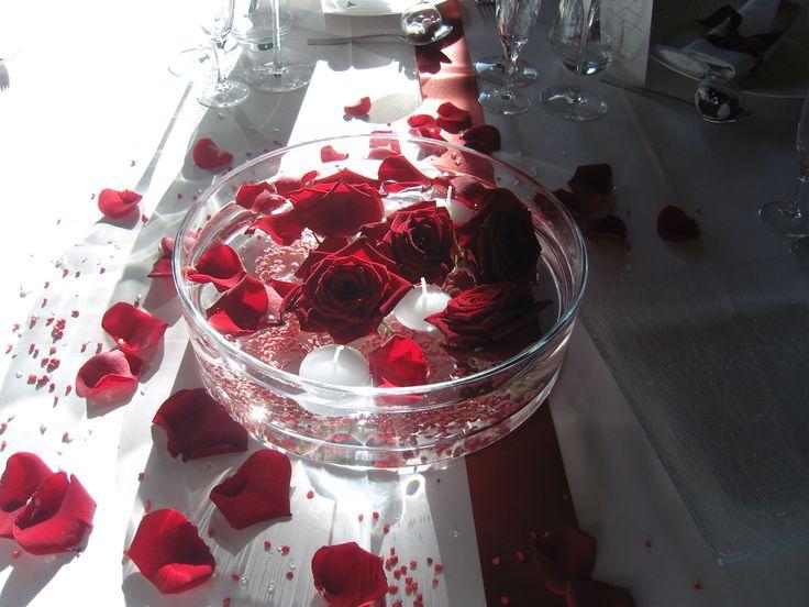Nous avons utilisé des roses rouges pour créer un centre de table. Ces roses ont été placé dans une vasque remplie d'eau et de granulats rouges. Ce centre de table apportera la touche romantique à vos tables.