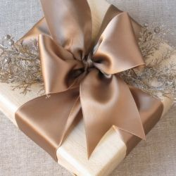 5 tutorials for making beautiful bows.  Use them for gifts, packaging or decoration.