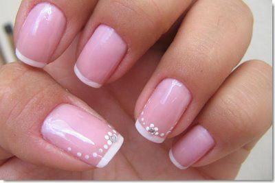 Uma base de rosa pálida e pontas brancas brilhantes têm vindo a caracterizar a manicure francesa sempre tão popular, que, acredite ou não, é um pedido comu