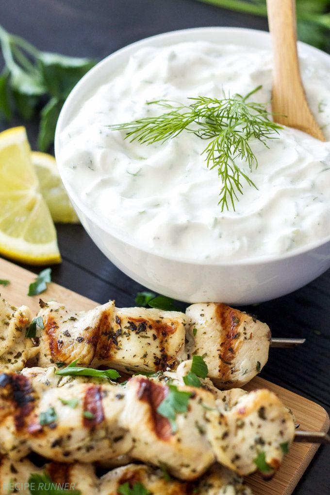 Görög citromos csirke nyárs tzatzikivel mártással    Finom és egészséges görög csirke nyárs szósszal akkor szeretnénk slather mindent!