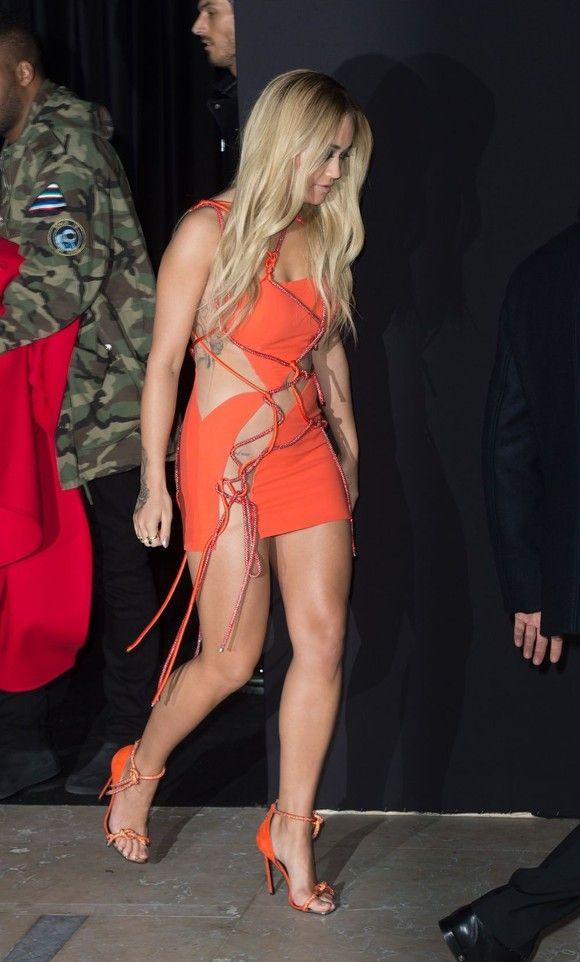 Prezentare Versace - Săptămâna Modei la Paris, 2016 - cântăreaţa americană Rita Ora (25 de ani)