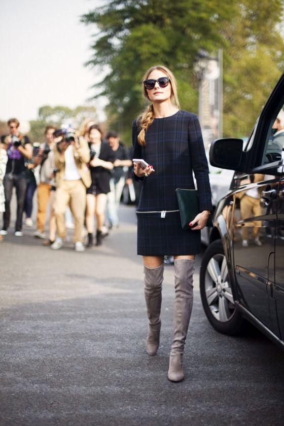 Den Look kaufen:  https://lookastic.de/damenmode/wie-kombinieren/gerade-geschnittenes-kleid-dunkelblaues-overknee-stiefel-graue-clutch-dunkelgruene-sonnenbrille-dunkelbraune/4640  — Dunkelblaues Gerade Geschnittenes Kleid mit Schottenmuster  — Dunkelgrüne Leder Clutch  — Dunkelbraune Sonnenbrille  — Graue Overknee Stiefel aus Wildleder