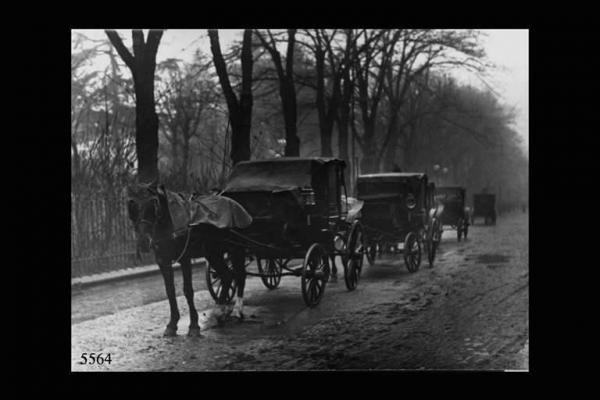 Carrozze con cavalli alla posta su un lato dei giardini di Piazza Roma. (Torquato Zambelli 1920)