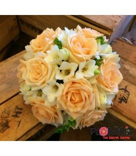 Buchet de mireasa cu trandafiri peach si frezii albe