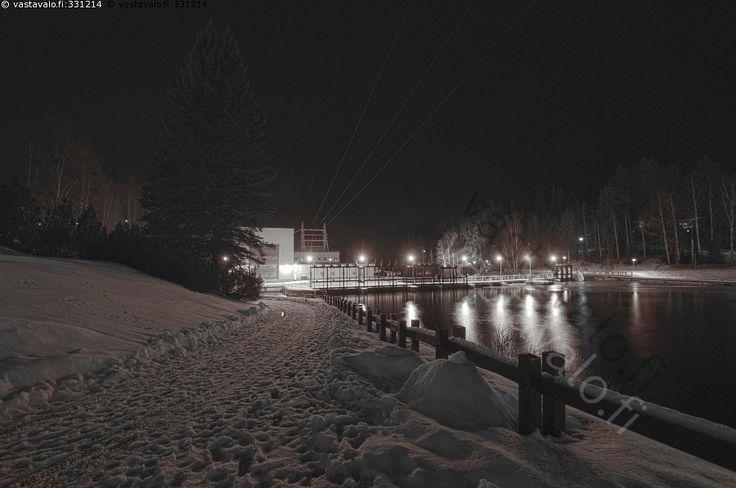 Talvinen kuva Ämmänkosken voimalaitoksesta.  Iltavalot - voimalaitos Ämmäkoski