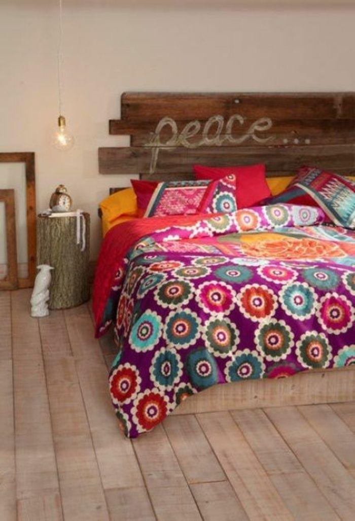 schlafzimmergestaltung holzkopfteil diy bunt gemusterte tagesdecke baumstumpf nachtkonsole