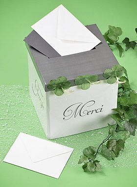 Urne Tirelire Merci. Cette urne de mariage élégante et sobre donnera envie à vos invités de vous faire un joli cadeau : http://www.mariage.fr/shop/l-urne-tirelire-blanc-et-gris-merci-mariage-les-accessoires-du-mariage.htm