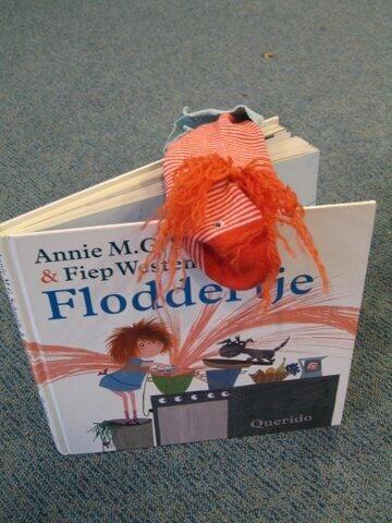 Groep 8 leerlingen maken een sokpop van een hoofdpersoon uit een voorleesboek en lezen daarmee het boek voor in de onderbouw! Hilarisch!