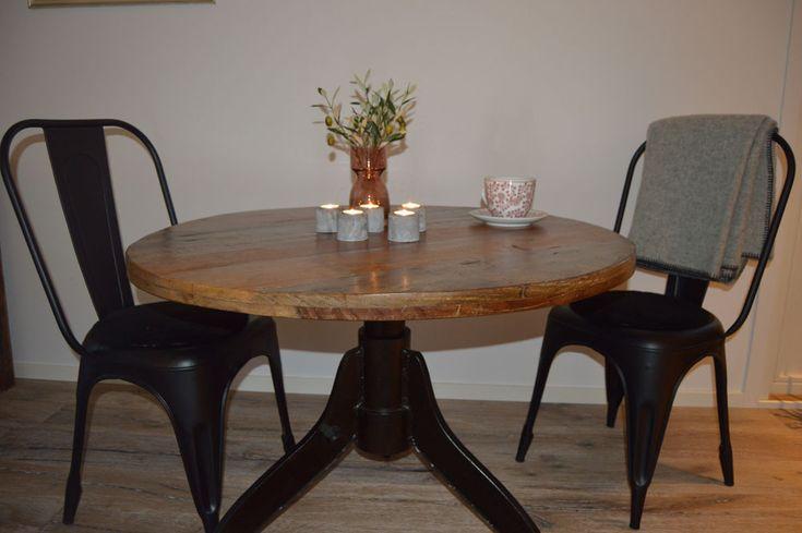 Gediget och mycket vackert matbord med bordsskiva i av återvunnet trä och med underrede av återvunnet gjutjärn.   Diameter 100, 110 eller 120 cm Höjd: 75 cm  Leveranstid: Bord som har diameter 100 cm finns på lager. Bord som har diameter 110 cm finns på lager. Bord som har diameter 120 cm finns tillgängligt för leverans i slutet av februari.  Huvudbilden visar bordet som är 120 cm medan bilderna med bord och stolar visar bordet som är 100 cm.   Ungefärligt antal sittplatser: 100 cm - 2-4 110…