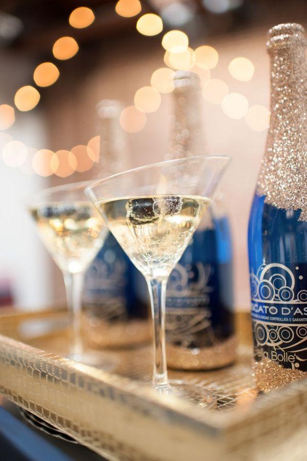 シャンパンもボトルがネイビーのものに全て揃える! 紺色がテーマの披露宴・二次会・1.5次会のアイデア☆