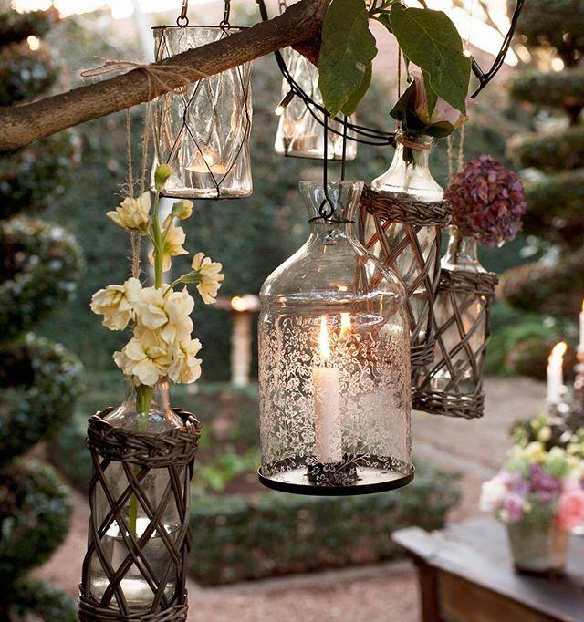 Utilizamos botellas como soporte para flores y velas grandes y pequeñas. Un truco ecónomico y muy decorativo, ¿Os gusta la idea? #InspiraTuDecoración