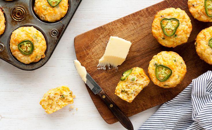 Ces muffins à la farine de maïs sont délicieux avec un chili estival, mais sont également excellents en collation lorsque vous avez une fringale salée.