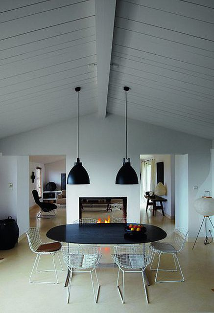 .: Dining Rooms, Ceilings Details, Black White, Dining Spaces, Matte Black, Rooms Dividers, Modern Houses, Pendants Lights, Vaulted Ceilings